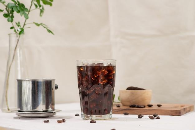Zwarte koffie. zwarte koffie op de houten tafel