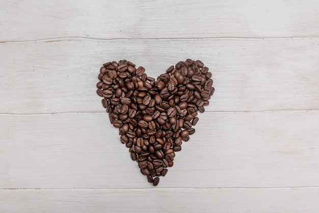 Zwarte koffiebonen in de vorm van een hart