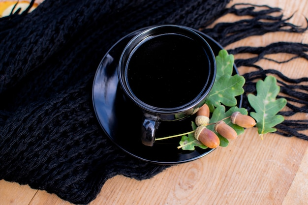 Zwarte koffiekop zwart gebreid textiel