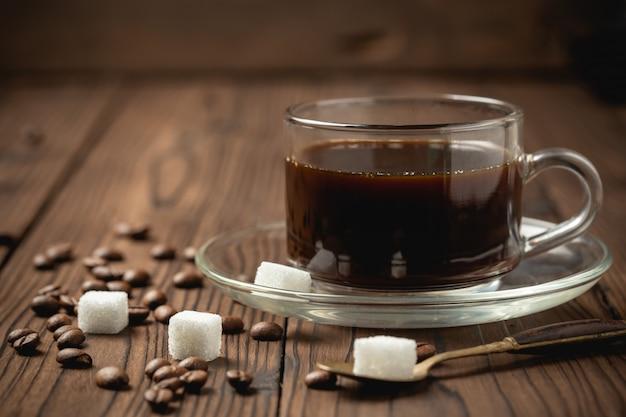 Zwarte koffiekopje op houten tafel.