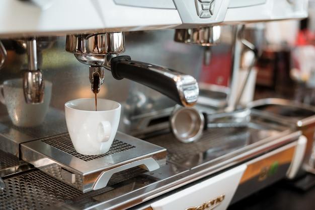 Zwarte koffieochtend op koffiezetapparaat