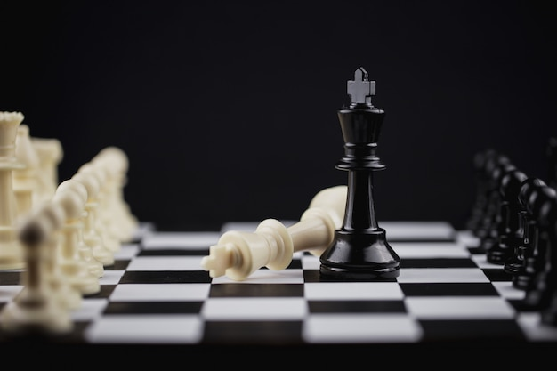 Zwarte koning in schaakspel met concept voor bedrijfsstrategie.