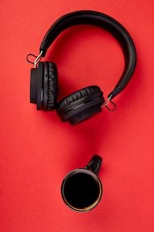 Zwarte koptelefoon en kopje koffie