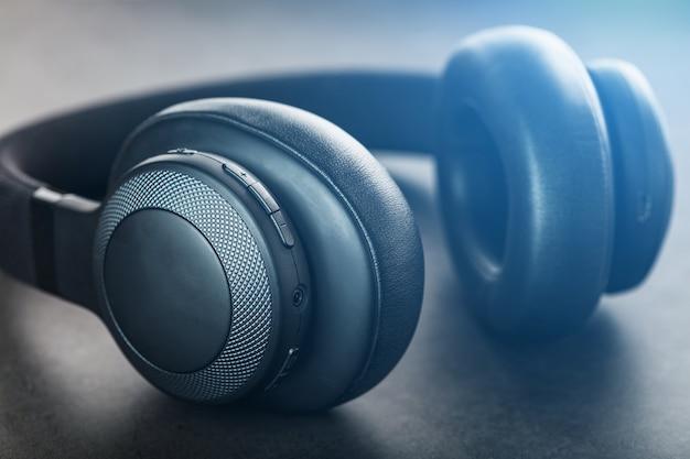 Zwarte koptelefoon op grijs