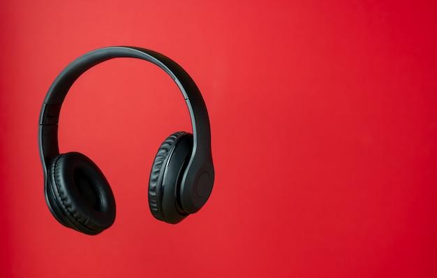 Zwarte koptelefoon op rood