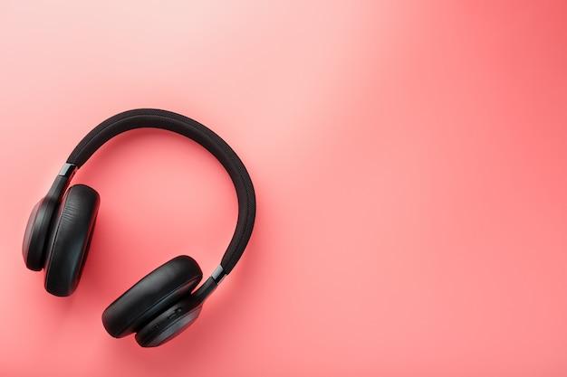 Zwarte koptelefoon op roze