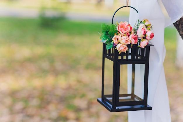 Zwarte lantaarn met bloemen
