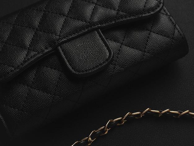 Zwarte lederen tas met gouden ketting