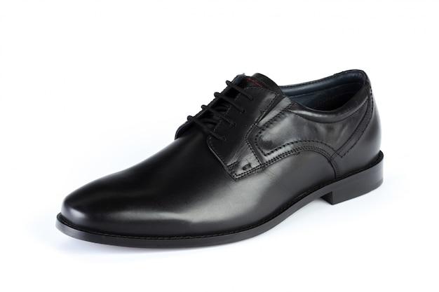 Zwarte leer formele mannelijke schoenen die op witte achtergrond worden geïsoleerd