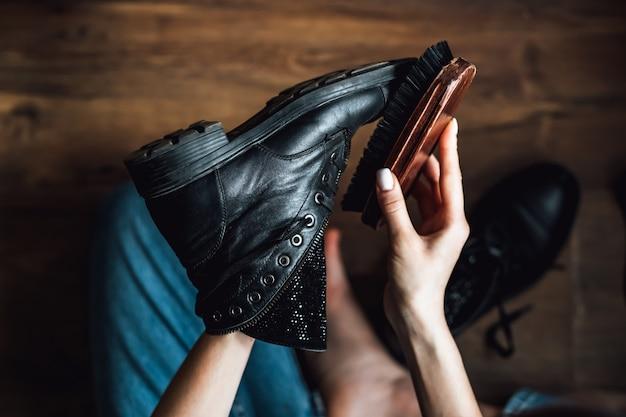 Zwarte leren schoenen borstelen. detailopname.