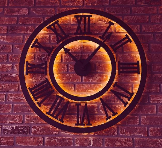 Zwarte lichtgevende klok