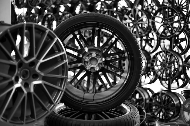 Zwarte lichtmetalen velgen en wielen voor auto's. aankoop en vervanging van banden en autoschijven.