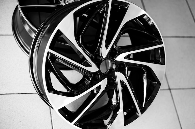 Zwarte lichtmetalen velgen op de aankoop van een autoclose-up en vervanging van autodisks