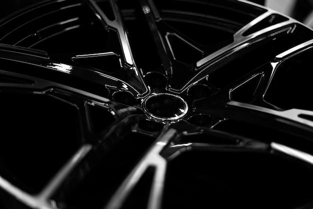 Zwarte lichtmetalen velgen voor premium auto's, close-up. aankoop en vervanging van autodisks.