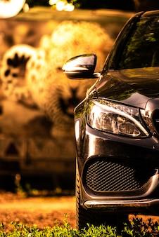Zwarte luxeauto bij zonsondergang