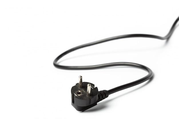 Zwarte machtskabel met stop en contactdoos die op wit wordt geïsoleerd