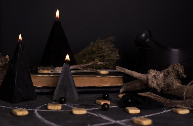 Zwarte magie ritueel met kaarsen en runen