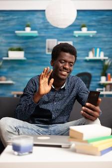 Zwarte man aan het praten op online video-oproepconferentie