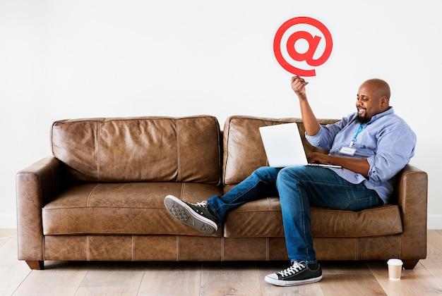 Zwarte man aan het werk op laptop