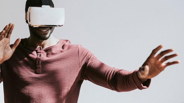 Zwarte man ervaart virtual reality met vr-headset