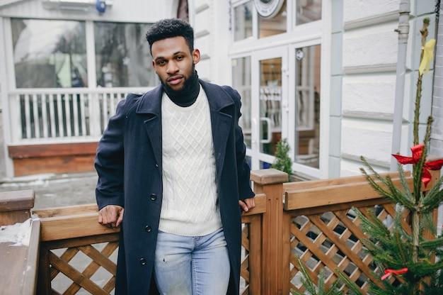 Zwarte man in een stad