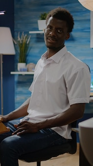 Zwarte man in kunststudio die zich voorbereidt op het creativiteitsproces