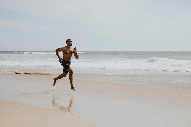 Zwarte man loopt op het strand