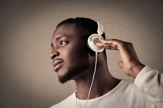 Zwarte man luisteren naar muziek op de koptelefoon
