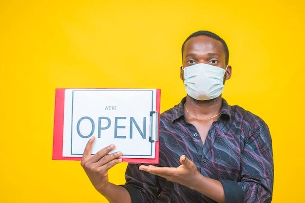 Zwarte man met een open bord waarom een beschermend masker dragen?