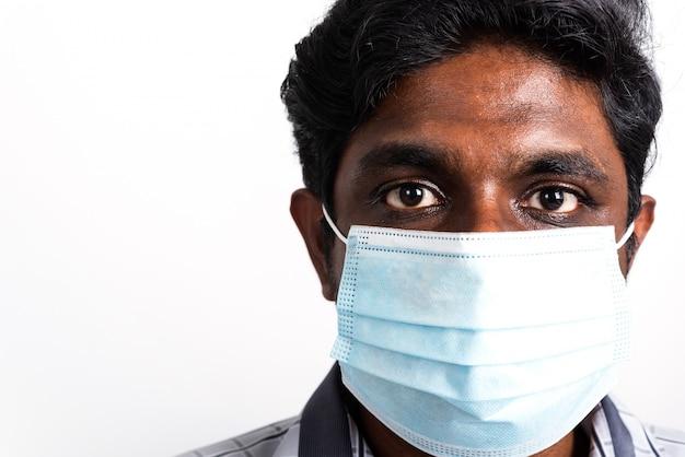 Zwarte man met gezichtsmasker beschermend tegen virus coronavirus