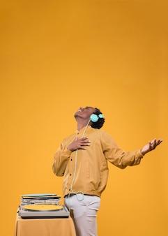 Zwarte man poseren met koptelefoon