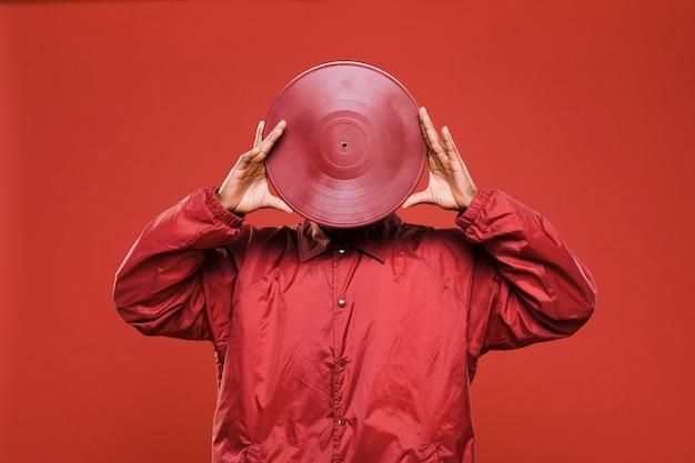 Zwarte man poseren met vinyls