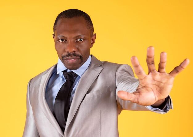 Zwarte man strekt zijn arm uit en opent zijn hand. sociaal afstandsconcept