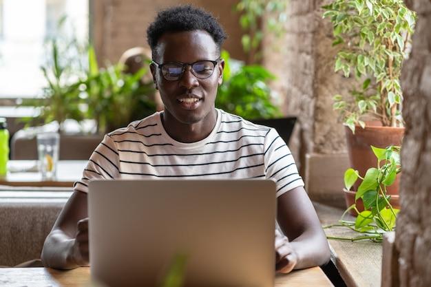 Zwarte man student kijken naar educatieve webinar op laptop
