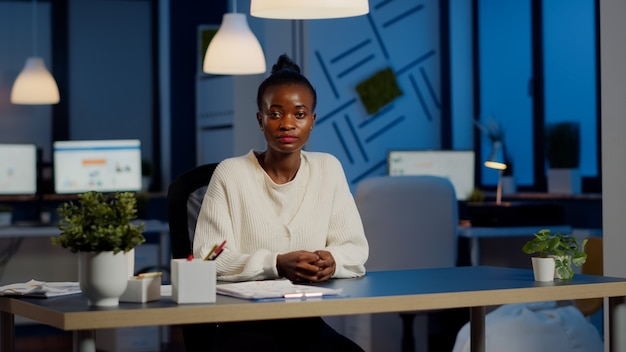 Zwarte manager vrouw luisteren partner tijdens videoconferentie