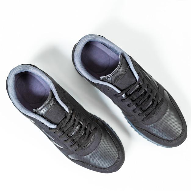 Zwarte mannelijke sneakers schoenen geïsoleerde achtergrond bovenaanzicht