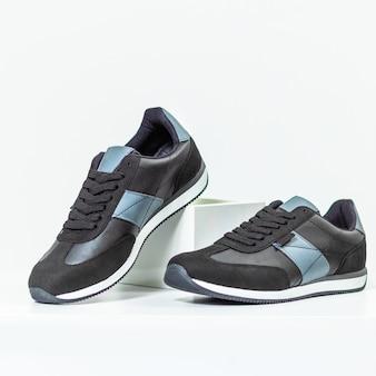 Zwarte mannelijke sneakers schoenen geïsoleerde achtergrond