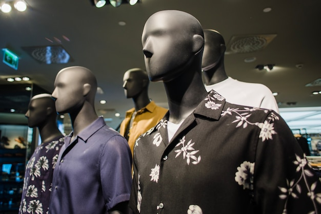 Zwarte mannequins in mannelijke kleding