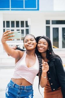 Zwarte meiden die tijd samen doorbrengen