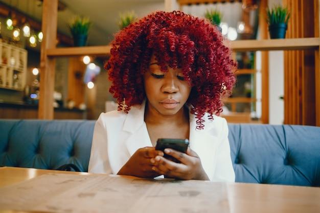 Zwarte meisjeszitting in een koffie