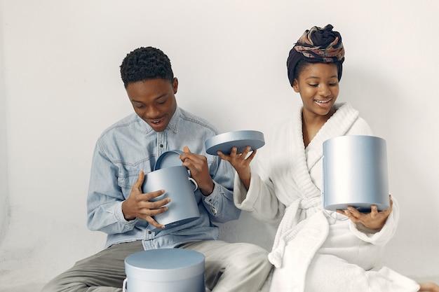 Zwarte mensen met cadeautjes
