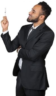 Zwarte mensenzakenman die presentatie maakt die op witte achtergrond wordt geïsoleerd