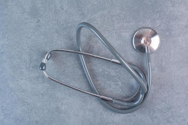 Zwarte metalen stethoscoop op marmeren oppervlak
