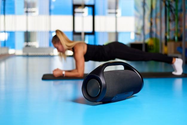 Zwarte moderne muziek boombox op wazig gym