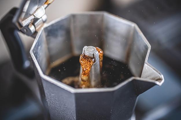 Zwarte mokka-koffie zetten met mokka-koffiezetapparaat