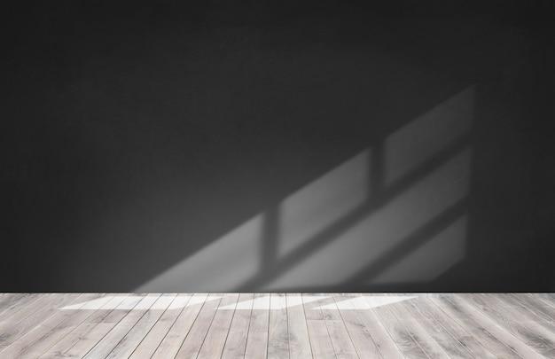 Zwarte muur in een lege ruimte met houten vloer