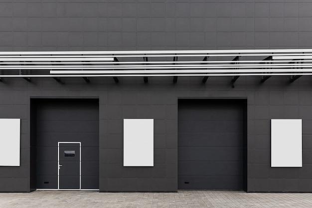 Zwarte muur van het gebouw met deuren, nooduitgangen