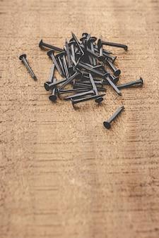 Zwarte nagels op houten tafel. kopieer ruimte.
