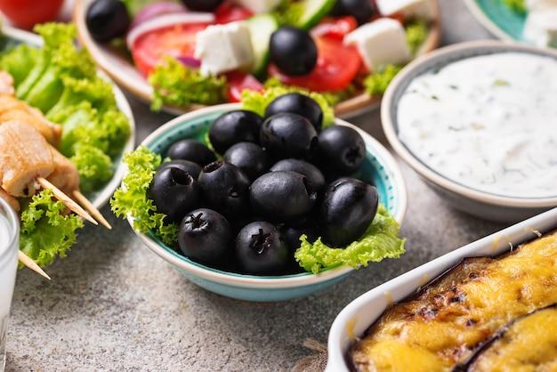 Zwarte olijven en traditionele griekse gerechten