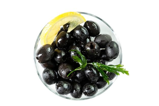 Zwarte olijven met citroen in een glazen kom